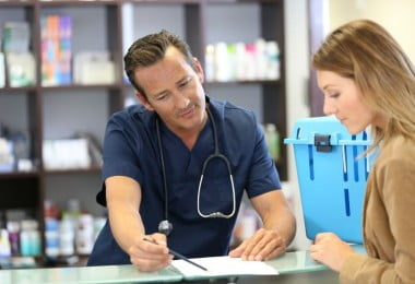 veterinário a falar com cliente