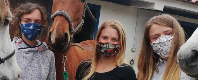 Al Equine Masks: proteção individual pela mão de uma veterinária