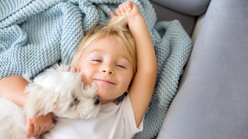 A marca de antiparasitários Frontline lembra a importância de um animal de companhia no desenvolvimento das crianças.