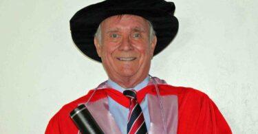 O professor Colin Burrows, presidente da WSAVA entre 2013 e 2016, foi galardoado com um doutoramento honorário da Royal Veterinary College.